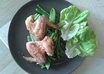 Pečená kuřecí křidýlka s hrubou solí, dušené lusky