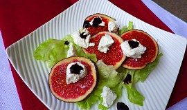 Ledový salát s čerstvými fíky a kozím sýrem