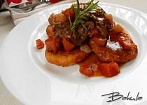 Vepřová líčka na zelenině s bramborovými placičkami