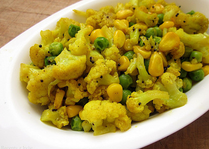 Duseny karfiol s kukuricou a hraskom