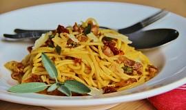 Jednoduché špagety s prosciuttem a sušenými rajčaty