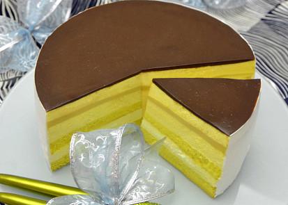 Navenek vyhlíží nenápadně a obyčejně, nakrojte ho však a užasnete, kolik vrstev v sobě tento malý zázrak v podobě pruhovaného dortu ukrývá!