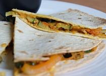 Quesadilla se zeleninou a batáty a česnekovým dipem