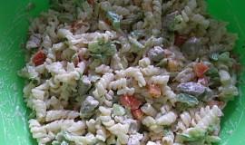 Salát s těstovinami a kuřecím masem
