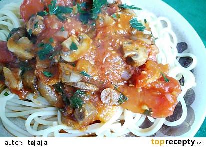 Špagety s rajčatovou omáčkou a houbami
