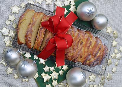 Vrstvy kynutého těsta prokládané rozmanitými náplněmi se používají u efektních balkánských koláčů zvaných pogača. Vzor vánočka je však bez nadsázky nevídaný!