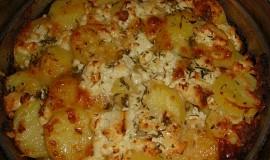 Brambory pečené s bylinkami, cibulí a směsí sýrů