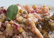Delikatesní bramborový salát s červenou řepou a šalvějí