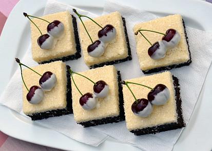 Kyselé višně, máčené v bílé čokoládě, můžete nahradit například plátky karamboly