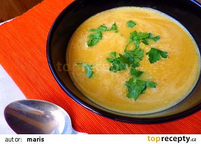 Pikantní polévka z máslové dýně s curry pastou