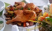 Ploché kuře (Crapaudine) s pečenými cibulemi, brambory a jablky