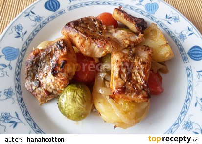 Zapečené rybí kousky s rajčaty, kapustičkou a bramborem