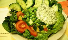Zeleninový salát s bylinkovým dressingem