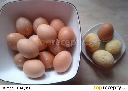 bábovka pečená ve vaječných skořápkách