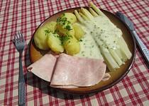 Chřest se smetanovo-sýrovou omáčkou, šunkou a bramborami