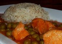 Kuřecí omáčka s rajčaty a hráškem