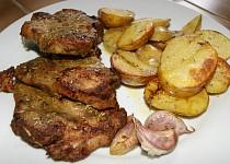 Marinovaná krkovice s pečenými brambory a česnekem