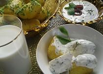 Nové brambory s česnekovým máslem a bylinkovým dipem