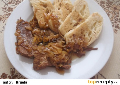 Pečené hovězí na cibuli