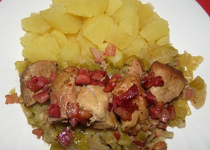 Pečené maso s kapustou a slaninu