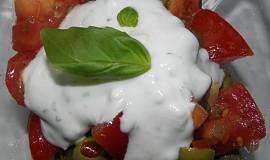 Rajčatový salát s olivami a bazalkou