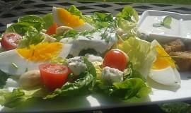 Salát Little Gem (římský) s nivou a vejci.