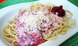 Špagety s jahodovou omáčkou