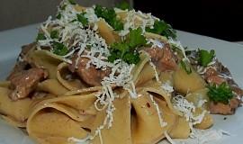 Těstoviny s kuřecím masem v houbové omáčce