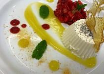Vanilková panna cotta s jahodovo-medovým tataráčkem, ovocným coulis a prachem z pomerančů