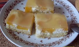 Drobenkový koláč s broskvemi a ovocným pudinkem