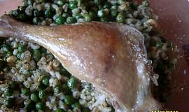 Husí stehýnka s kroupami a hráškem