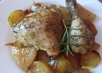 Kuře na rozmarýnu, pečené s bramborami