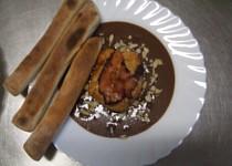 Kuřecí prsa plněná Nivou,  přikrytá slaninkou na lehké švestkové omáčce s pizza tyčinkami