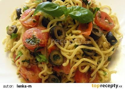 Špagety s ančovičkou, olivami a bazalkou