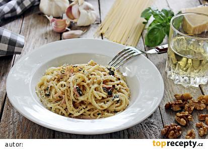 Špagety s ořechy, šunkou a bazalkou