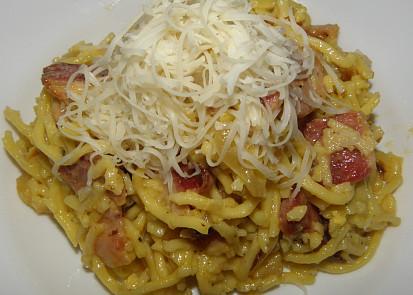 Špagety s uzeným bůčkem a sýrem
