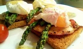 Toast s chřestem, kuřecím plátkem a pošírovaným vejcem