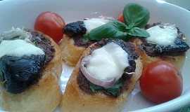 Zapečené chlebíčky s olivovou tapenádou