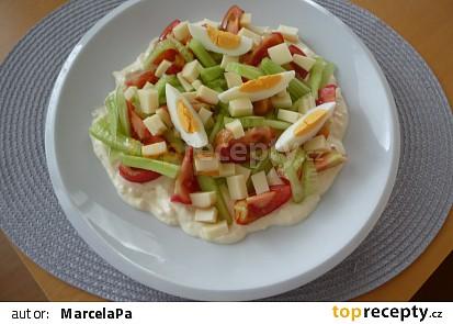 Zeleninový salát s česnekovým dressingem
