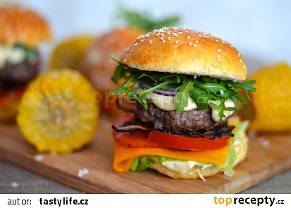 Domácí hamburger s chedarem