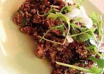 Dvoubarevná quinoa na šalotce, cuketě a žampionech