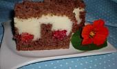 Kakaový koláč s pudingem a malinami