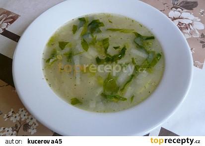 Kedlubnová polévka s hlávkovým salátem