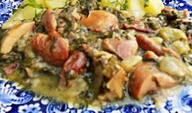 Kousky z uzeného kuřete dušené s čerstvým špenátem