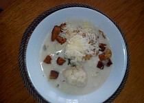Květáková polévka s osmaženými cibulovými kotoučky a česnekovými krutonky