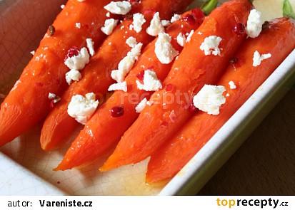 Medové mrkvičky s růžovým pepřem a čerstvým sýrem