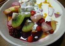 Ovocný salát s citrónovým dressingem