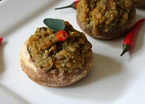 Pečené žampiony plněné quinoou a červenou čočkou s kokosovým mlékem