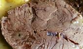 Pomalu vařená hovězí kližka s česnekovou omáčkou