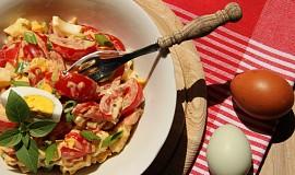 Rajčatový salát s Hermelínem a vejcem